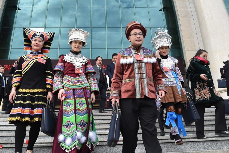 代表们走出广西人民会堂 满怀豪情迈向新征程