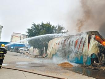 南宁仙葫一旧货仓库发生火灾 所幸无人伤亡