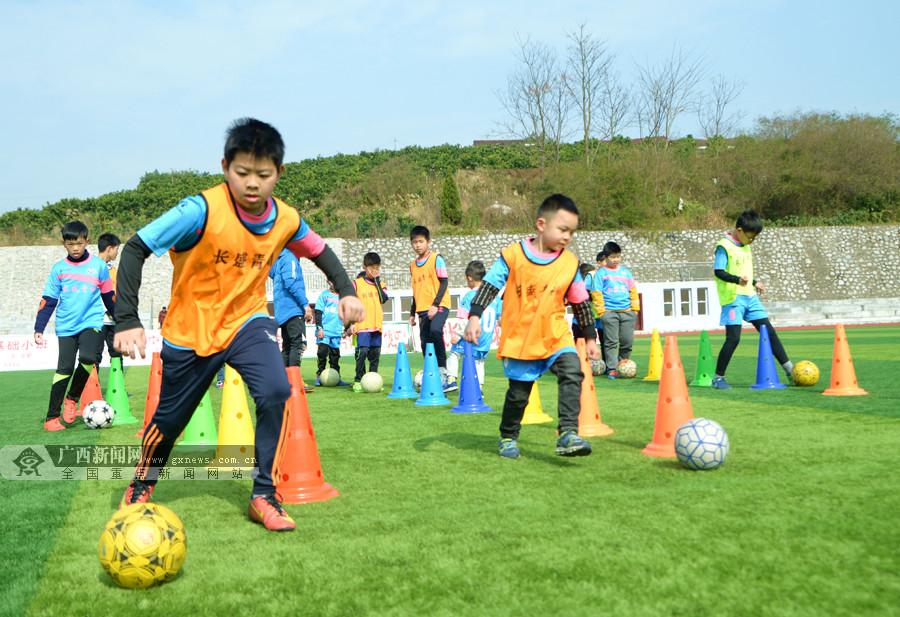 忻城:青少年寒假乐享足球(组图)-新闻头条5dainban