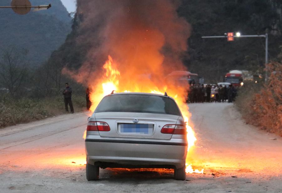 德保:一辆小轿车在行驶途中自燃(组图)