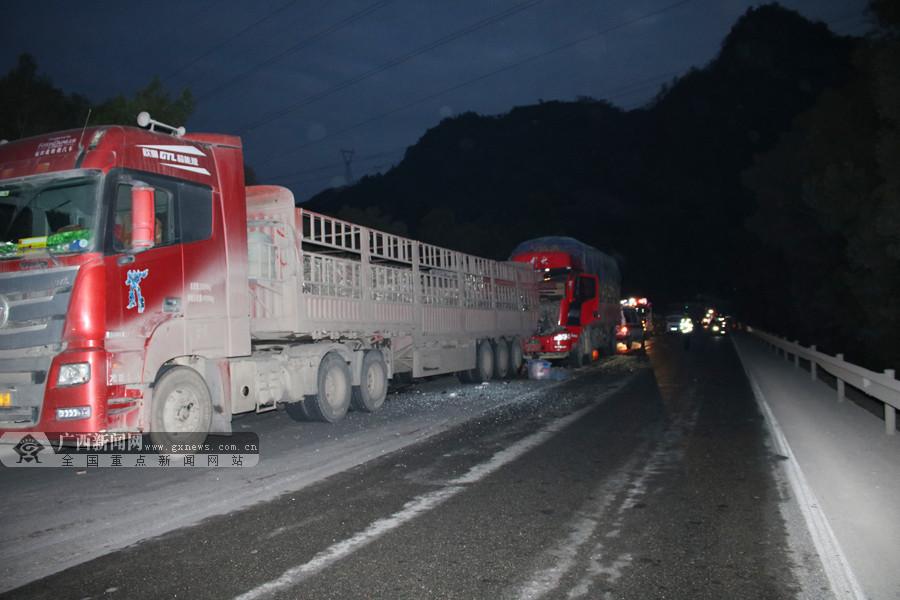 南丹:两辆大货车追尾致一人被困 消防紧急救援