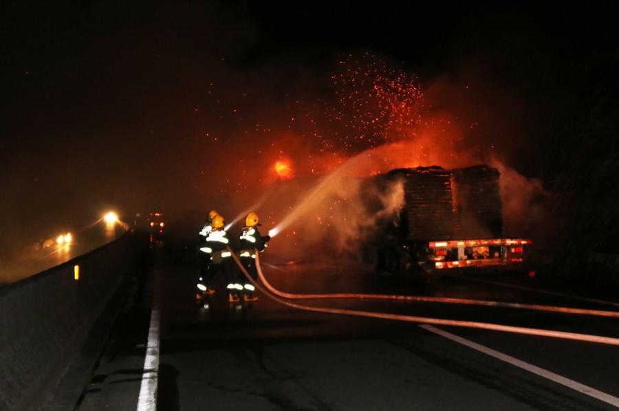 大货车在高速路上行驶途中轮胎爆炸起火 消防救援