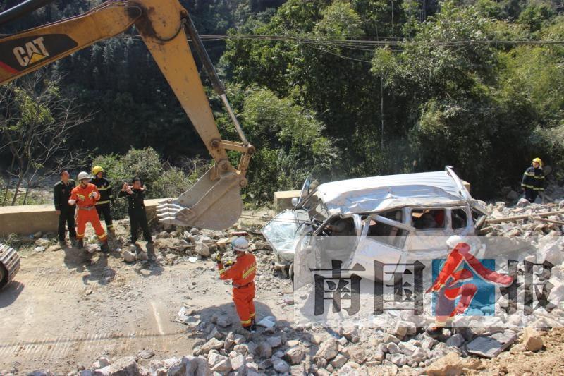 融水一处县道坍塌 面包车被石头砸中致3死2伤(图)