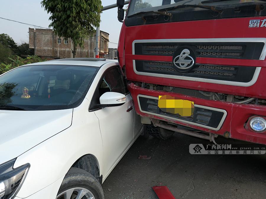 女司机驾车在大货车盲区突然变道酿车祸(组图)