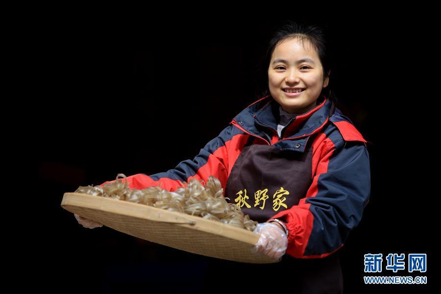 """#(图片故事)(2)女大学生石秋香:""""薯来宝""""为乡亲谋脱贫"""