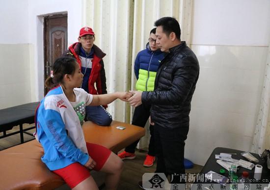 江南训练基地赴上思县慰问广西举重队外训队伍