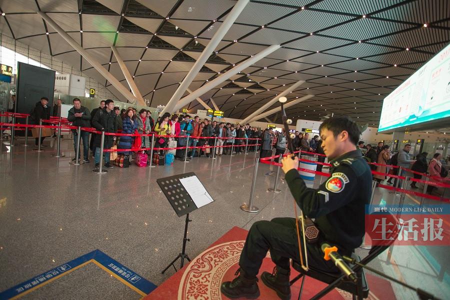 音乐搬进航站楼 安检小哥拉二胡温暖回家旅客(图)