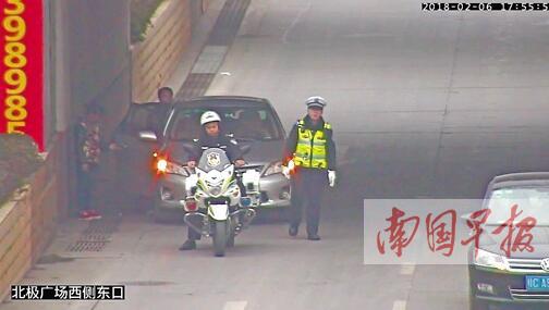 桂林一孕妇在车上即将生产 交警临时搭建绿色通道