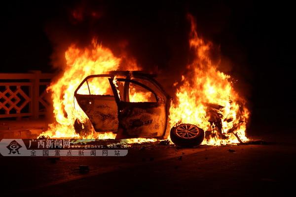 小车撞上桥栏起火 消防官兵15分钟灭火(图)