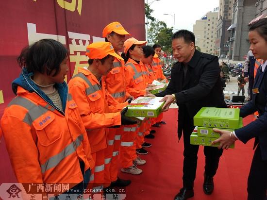 玉林:爱心企业为容县环卫工人捐赠保暖衣物、食品