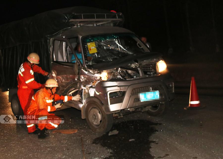 小货车追尾大货车 消防10分钟救出被困人员(图)