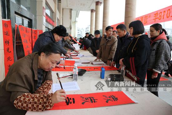 罗城:春联免费送居民 春节将至年味浓(图)