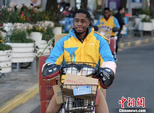 """上海快递小哥有了""""洋面孔"""" 能送货还要会说吉利话"""