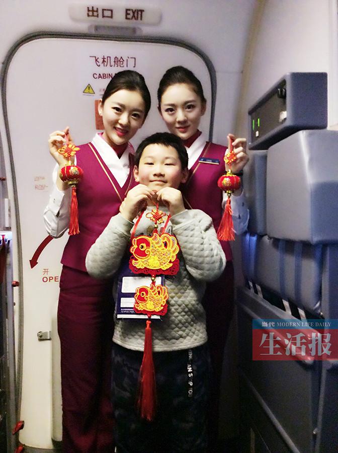 常常被旅客围观拍照 双胞胎空姐高空求低调(组图)