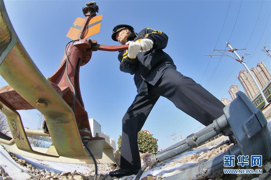 #(关注春运)(1)山东烟台:最后的扳道员