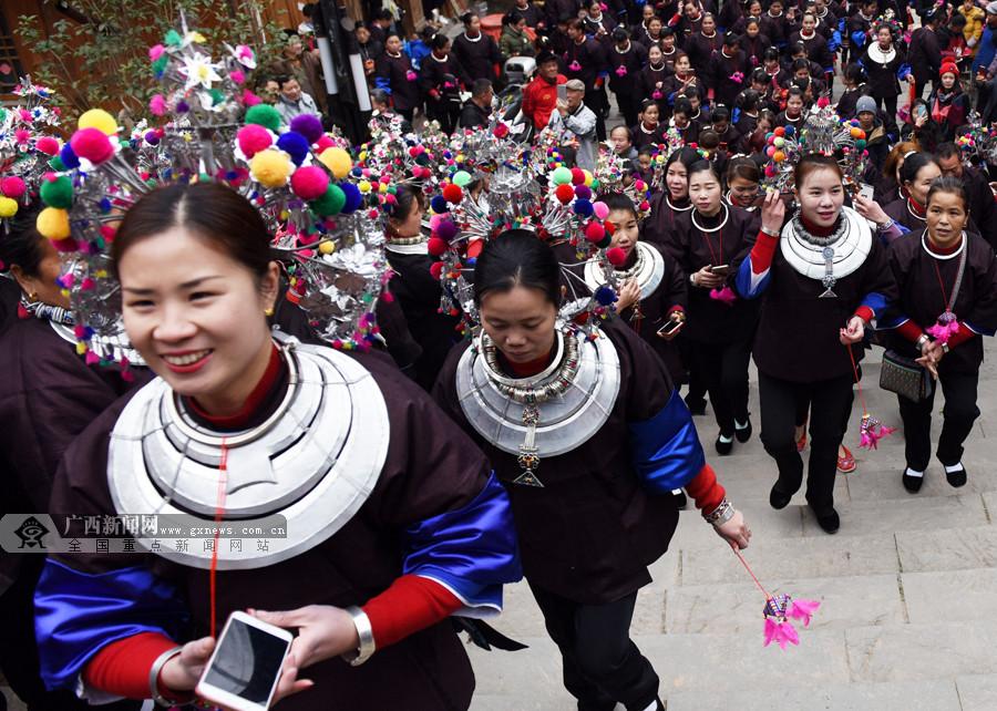 【新春走基层】广西侗寨百余出嫁女盛装回娘家(图)