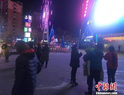 2月13日晚,部分市民在震后走到街头。宋敏涛 摄