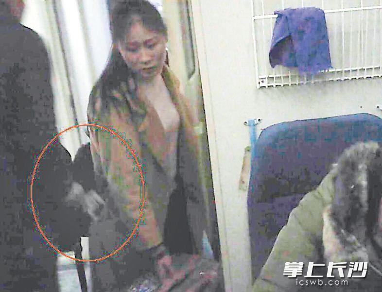 旅客夏同学在车厢过道找座位,扒手胡某迎面走过来,顺手将其口袋中的手机偷走。  警方视频截图