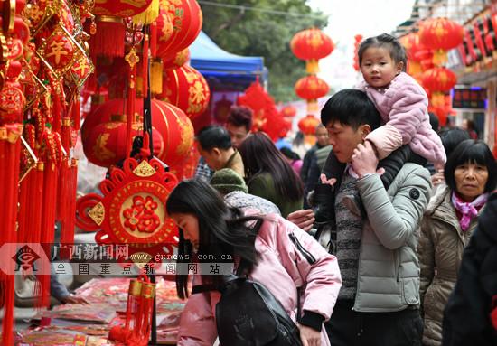 罗城:居民购置各类年货喜迎佳节(图)