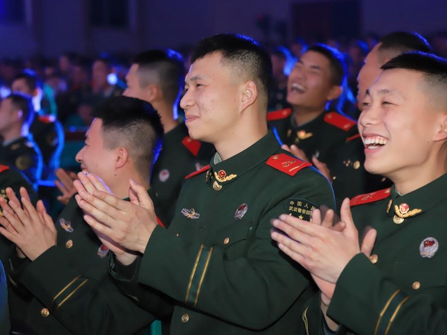 南宁:武警官兵自编自演文艺晚会喜迎新春(图)