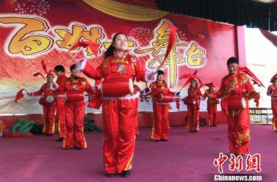 """江苏沛县农民自编自演办""""春晚""""敲锣打鼓欢度中国年"""