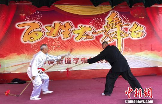 沛公剑传人李凤龙与邻居一起表演《四节镋对枪》。 朱志庚 摄