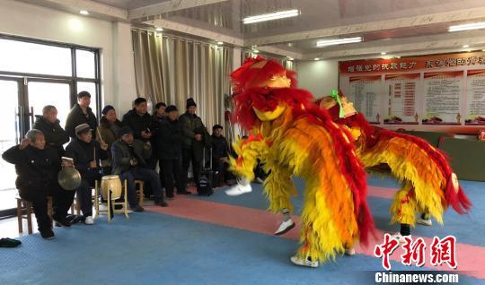 村民们一起排练舞狮节目。 朱志庚 摄