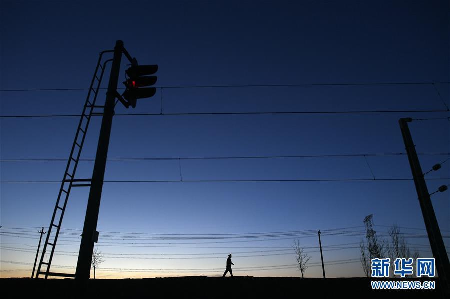 (新春走基层)(1)春运路上36公里的独自守候