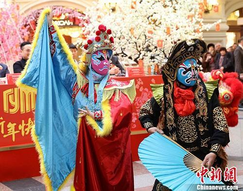 """当地时间2月8日,中国演员们在莫斯科红场旁的""""古姆""""(GUM)国立百货商店表演变脸。自2月8日至2月28日,这家莫斯科最负盛名的百货商店将举行中国春节庆祝活动。<a target='_blank' href='http://www.chinanews.com/'>中新社</a>记者 王修君 摄"""
