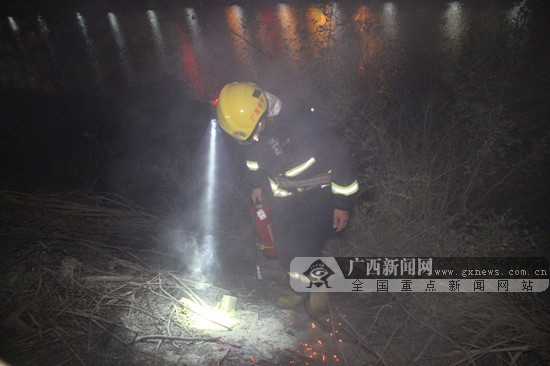 除夕夜烟花点燃河边草丛 崇左宁明消防成功处置