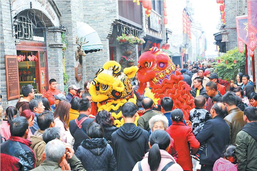 桂林市东西古巷民间艺人舞狮闹新春