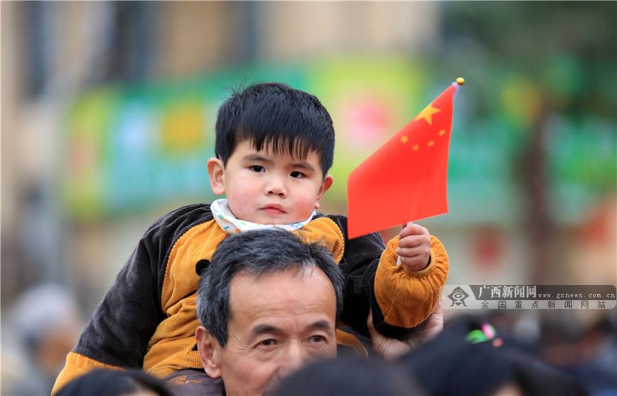 【新春走基层】融安县干部群众参加升国旗仪式迎接新春佳节