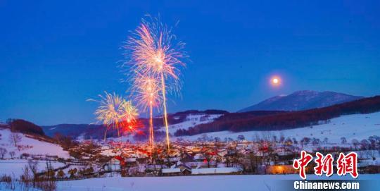炫丽的焰火照亮雪村的夜空 徐长友 摄