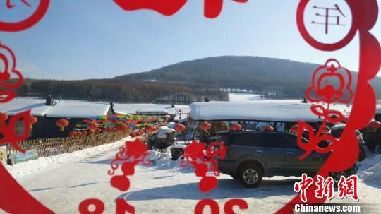 春节期间,很多游客来到雪村。 徐长友 摄