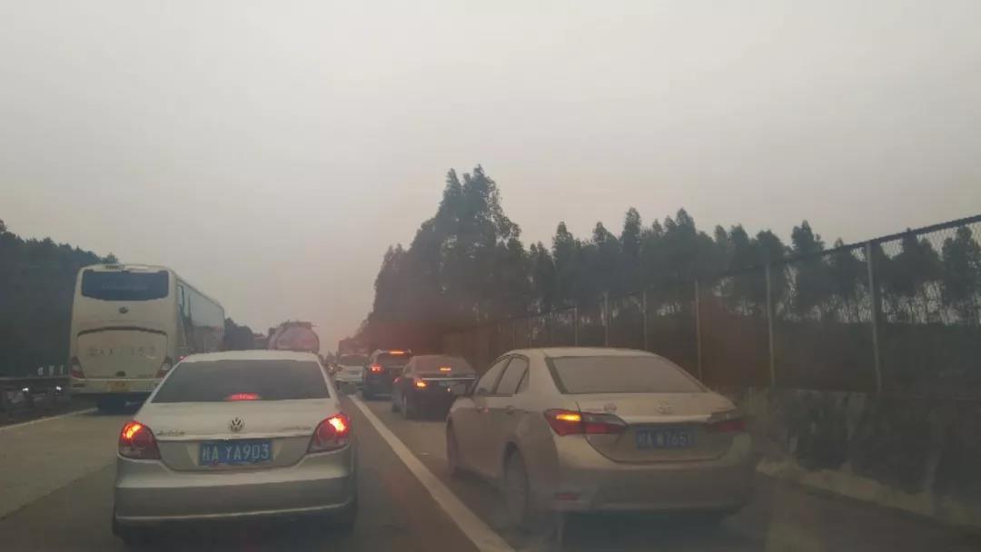 一千多辆!这些车在广西高速公路违法占道被曝光