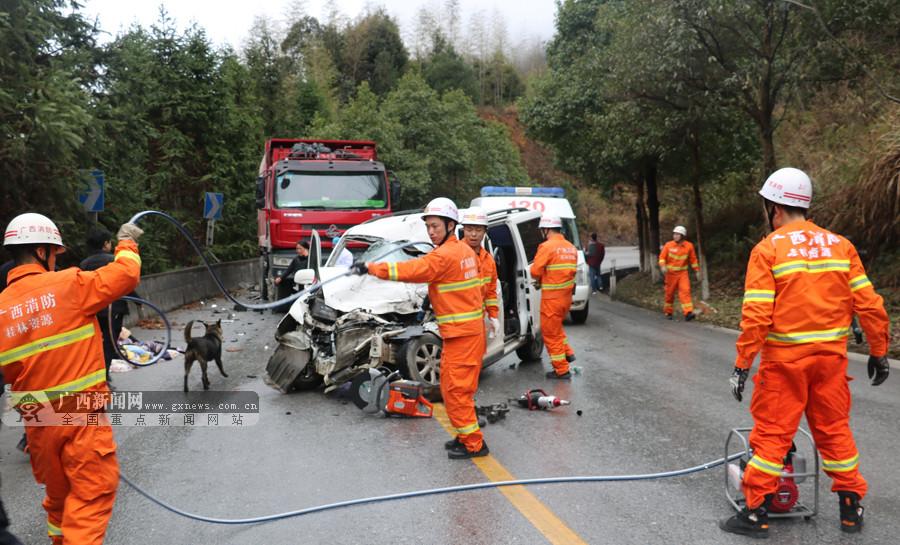 资源:微型车与货车迎面碰撞致多人受伤(组图)