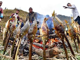 高清组图:广西一对苗族兄弟的春节