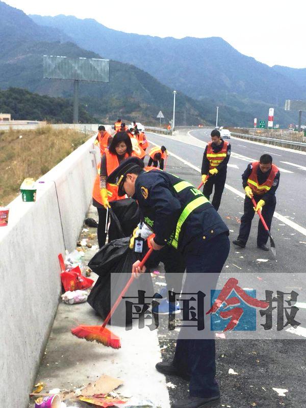 返程高峰后桂三高速垃圾随处可见 共清运垃圾3车