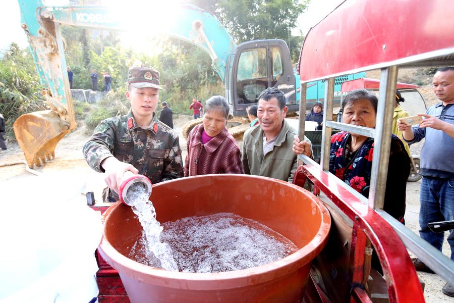 河池消防官兵送水40余吨 解决群众缺水难题(图)