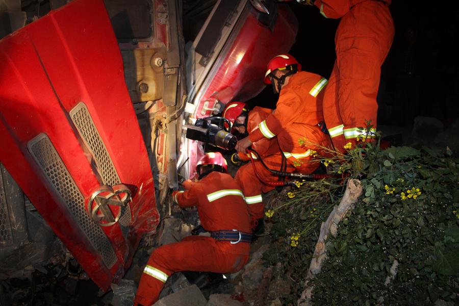 东兰一辆大货车发生侧翻 警民联手救出司机(图)