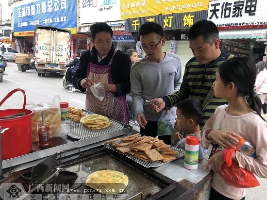 """[网络媒体走转改]18年如一日的""""煎饼侠""""唐清文"""