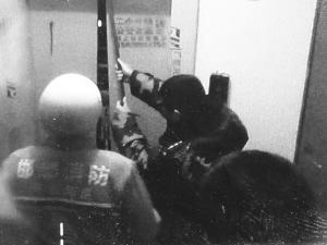 孕妇夜间遭遇电梯惊魂 消防人员强行开门救人(图)