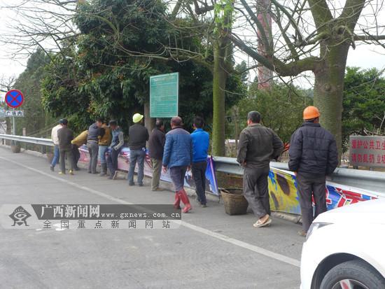 """练就""""缩骨神功""""?7座面包车超员挤进13人(图)"""