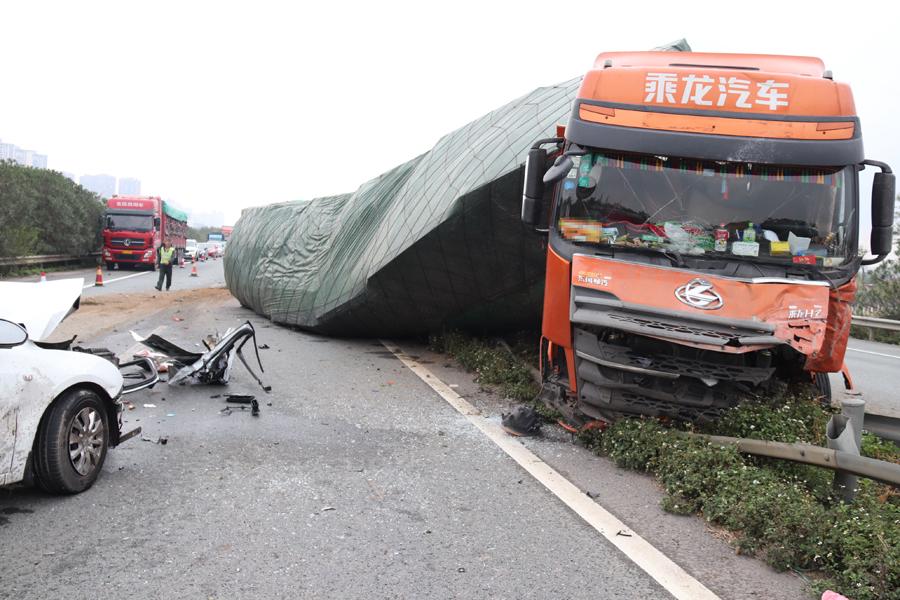 泉南高速来宾往柳州方向发生交通事故 3死1伤(图)