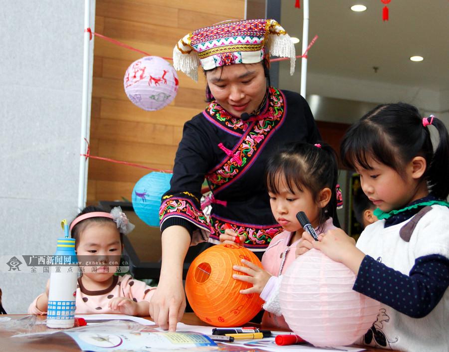 七彩画笔手中握 孩子在灯笼上绘画庆元宵(组图)
