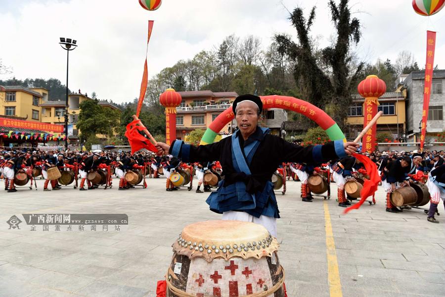 【高清组图】2万多名群众欢聚南丹白裤瑶年街节