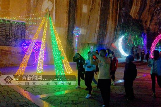 那坡上演梦幻灯光秀吸引大批游客(图)