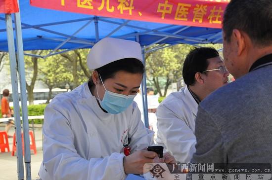 柳州市红会医院学雷锋志愿服务活动为市民义诊