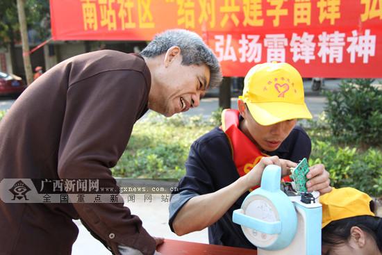 青年志愿者入社区学雷锋 为居民送健康送服务(图)