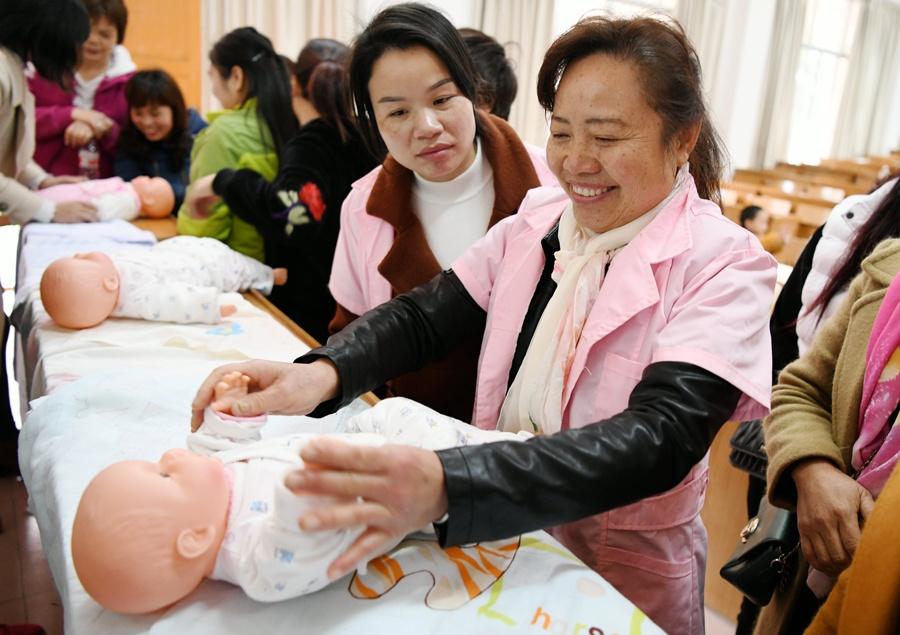 罗城举办家政服务培训班 50多名贫困家庭妇女受益